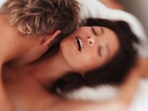 Casal que troca carícias eróticas