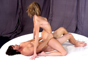 Casal transando na posição da amazona invertida